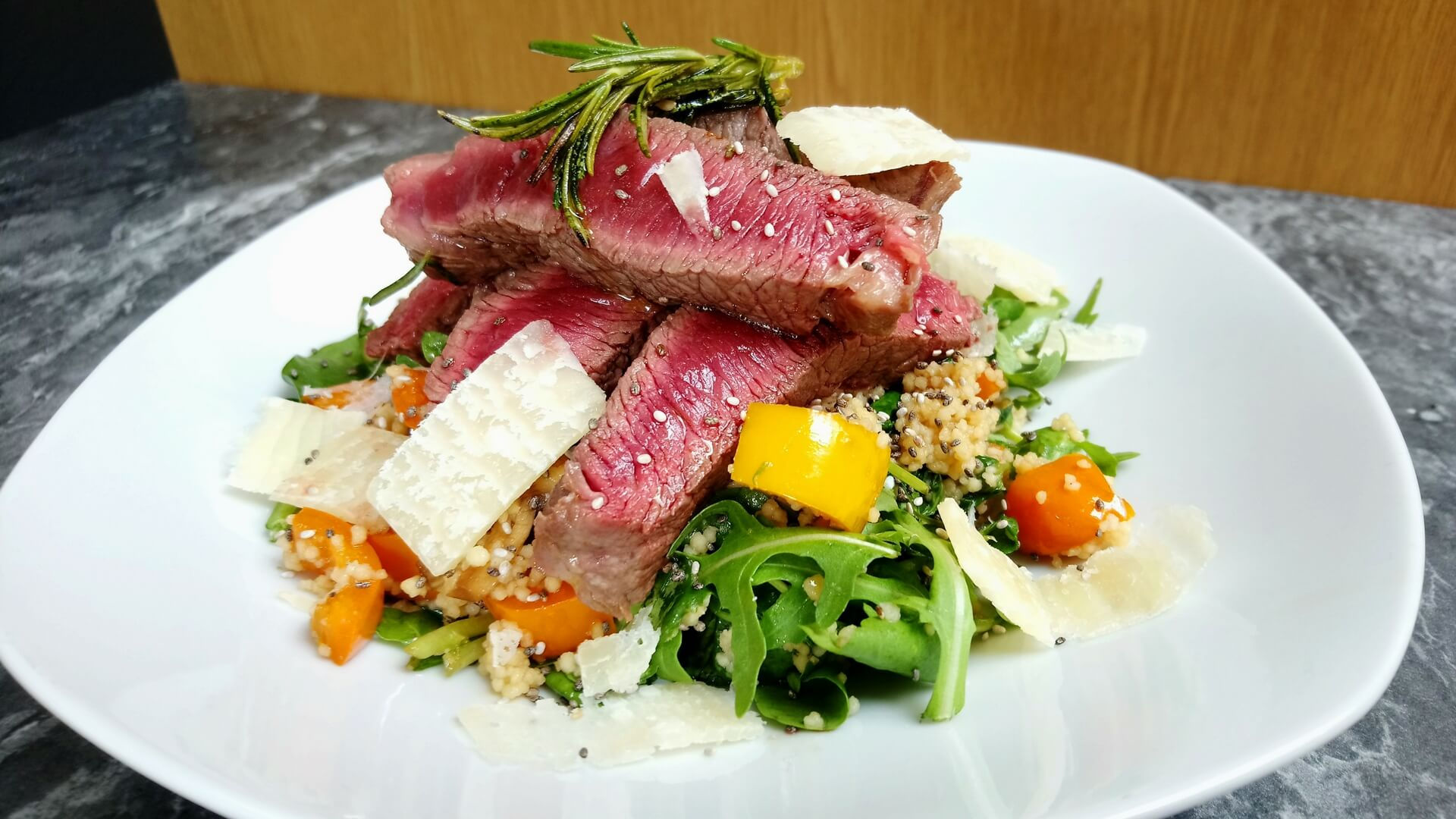 Mixed leaf salad with chia seeds and steak